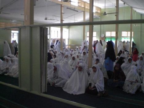 Muslimat menunggu Solat