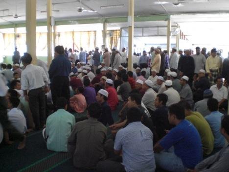 Muslimin menunggu Solat